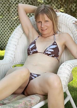Free Bikini Moms Porn Pictures